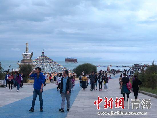 资料图为青海湖二郎剑景区游客。