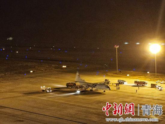 图为军航运-9抵达西宁机场。 郑少锋摄