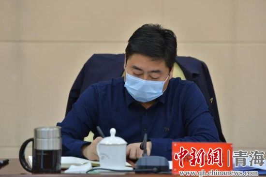 图为玛沁县委书记熊元来主持会议 玛沁宣供图