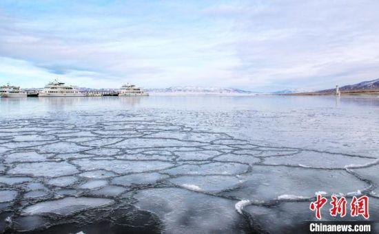 图为封冻的青海湖岸边。 宋忠勇 摄