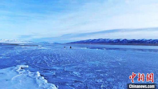 图为封冻的青海湖。 宋忠勇 摄