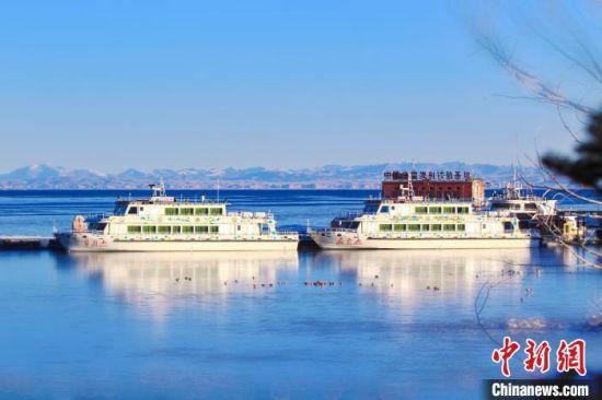 青海湖通常每年12月中旬开始进入封冻期,至次年4月中旬完全解冻,封冻期历时5个月左右。 宋忠勇 摄