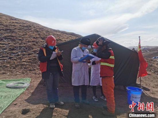 图为2月23日,医护人员正在对青海~河南±800千伏特高压直流输电线路工程(青海段)作业人员进行防疫检测 赵国仲 摄