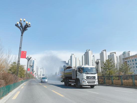 喷雾抑尘车在马路上工作。陈曦 摄