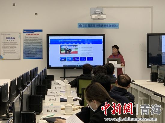 图为青海师范大学计算机学院常务副院长介绍该系统。孙睿摄