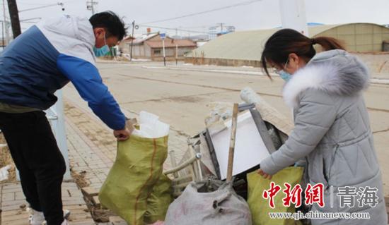 图为工作人员开展环境卫生整治 河南宣供图