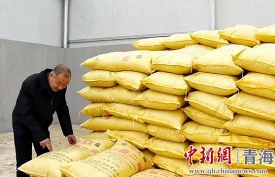 图为工作人员查看春耕物资储备情况。刚察宣传部供图