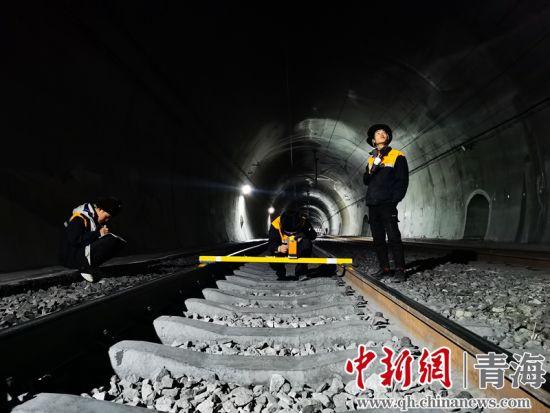 图为格木大修车间干部职工对隧道内接触网各类参数进行测量。 周贺摄