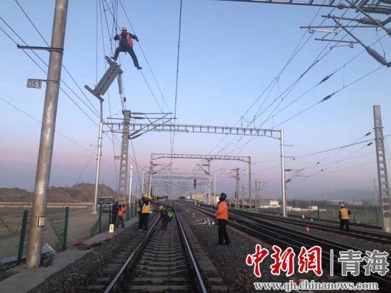 图为德令哈供电车间的干部职工进行德令哈车站站改施工硬横梁安装。周贺摄