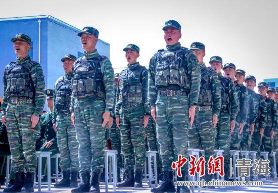 图为演讲中,特战中队官兵为战友张佳乐助威。杨浩摄
