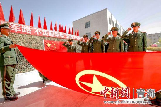 图为新入团团员正在举行宣誓仪式。杨浩摄