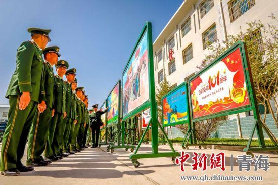 图为官兵们正在观摩展览的主题板报。杨浩摄