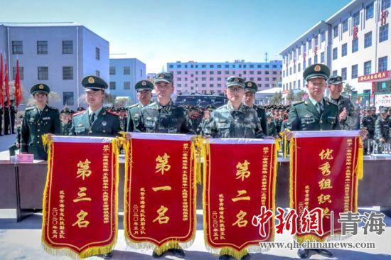 图为官兵们赢得荣誉。杨浩摄
