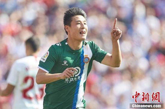 资料图:北京时间2020年2月16日,西甲24轮西班牙人2:2战平塞维利亚。中国球员武磊首发登场,并在比赛的第49分钟破门,帮助球队2:1反超比分。这也是武磊本赛季的第一粒联赛客场进球,此前他曾在主场攻破过巴萨、赫塔菲的球门。