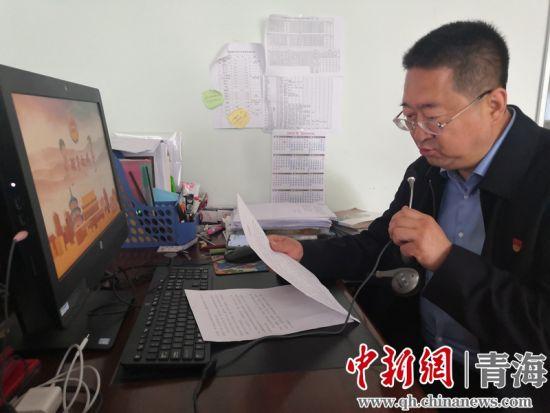 图为海湖中学党支部副书记、校长李天峰在直播平台致辞。潘雨洁摄