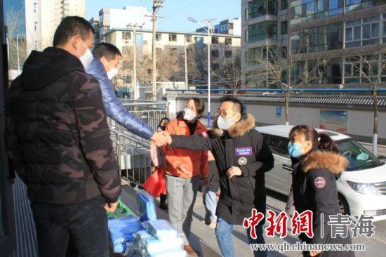 图1为街道工作人员为商户送去防疫物资。