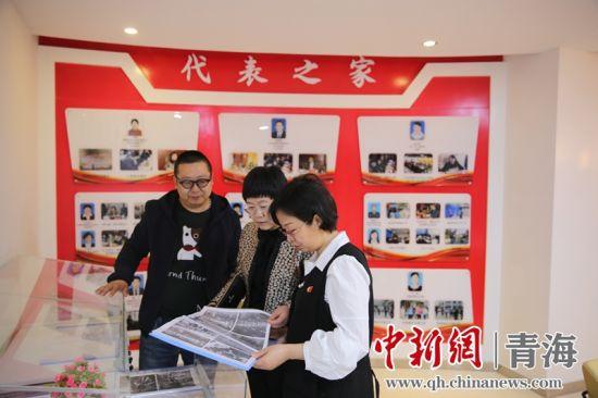 图4为吴卫萍和社区干部查看代表之家。古城台街道供图