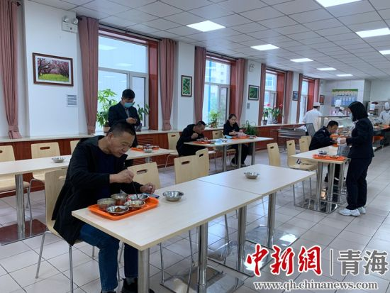 图为员工食堂实行分批次、分时段就餐。孙睿摄