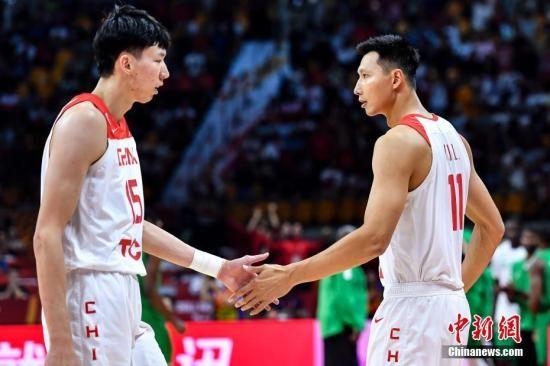 资料图:中国队球员易建联(右)与周琦(左)击掌。当晚,2019年国际篮联篮球世界杯17-32名排位赛继续进行,在广州举行的M组一场比赛中,中国(白)73比86不敌尼日利亚(绿)。中新社记者 陈骥�F 摄