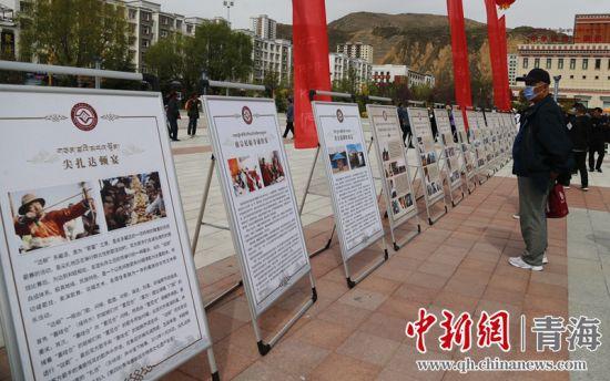 图为:活动现场,游客详细了解同仁县悠久的文化历史。