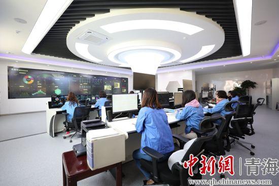 图为国网青海检修公司智能管控中心专业人员正在进行运检数据监测。朱毅然摄