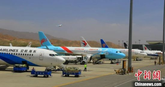 图为西宁机场停机坪。青海机场公司