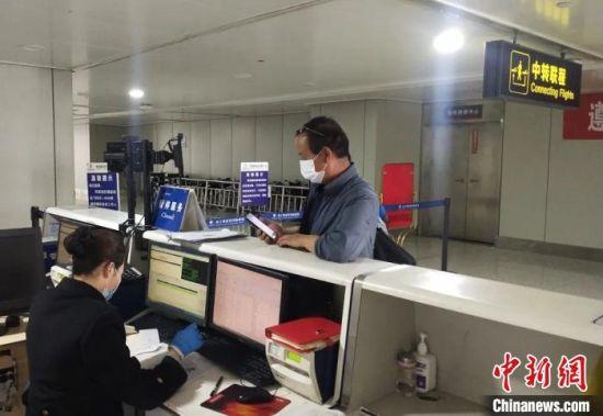 图为旅客正在办理登机手续。青海机场公司