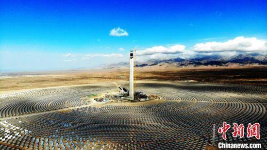 中控德令哈50兆瓦塔式光热发电项目位于青海省海西州德令哈市的戈壁滩上,占地3.3平方公里。 孙睿 摄