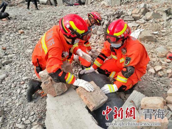 图为在西宁市城中区地震灾害应急救援演练现场,救援队伍进行搜救。鲁丹阳摄