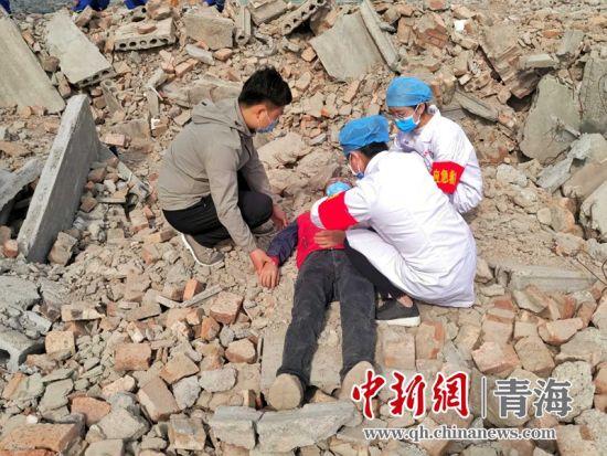 图为在西宁市城中区地震灾害应急救援演练现场,医护人员对伤者进行救治。鲁丹阳摄