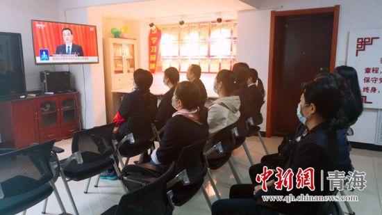 """图为社区党员集中收看""""两会""""。虎台街道医财东社区供图"""