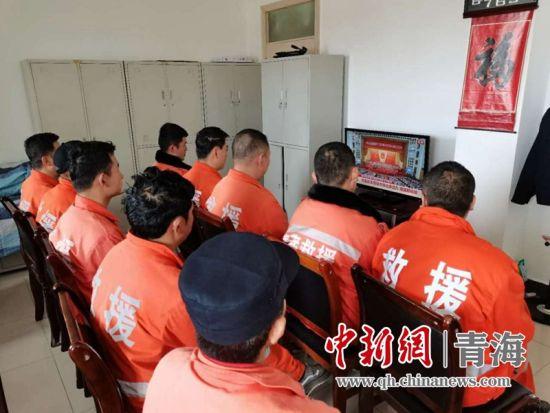 图为青藏集团公司职工观看十三届全国人大三次会议开幕式。钟欣摄