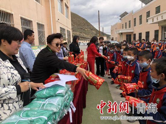 图为捐赠仪式现场。西宁市女企业家协会供图