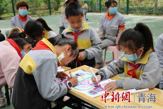 """图为""""红领巾心向党・快乐童年助力抗疫""""活动现场。通讯员 古宏岩 摄"""