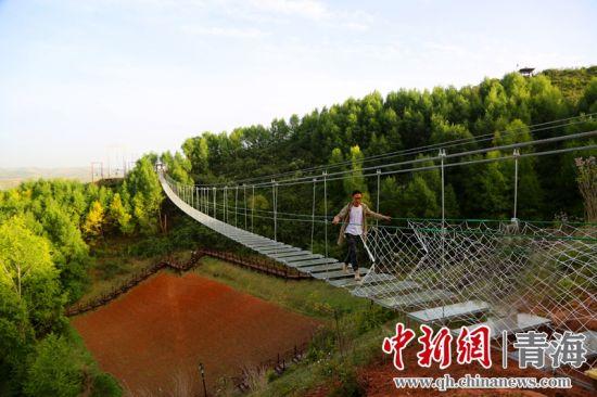 图为即将投运的高海拔玻璃挑战桥。牟泉 摄