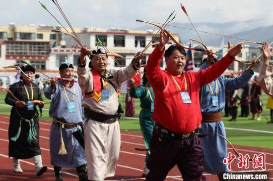 图为在青海省黄南藏族自治州尖扎县举办的射箭赛。(资料图) 张添福 摄