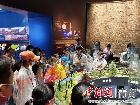 图为孩子们参观博物馆。
