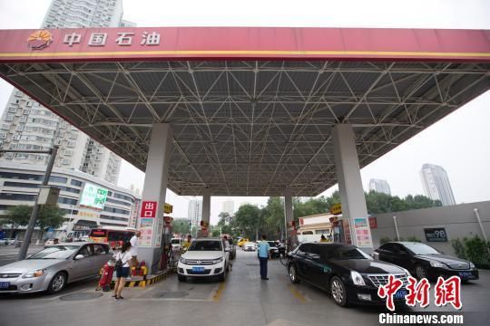 资料图:车辆正在加油站加油。 张云 摄
