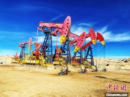 """青海油田是世界海拔最高的油气田,也是青藏高原最大油气田,主要勘探开发领域在素有""""聚宝盆""""之称的柴达木盆地,地理面积25万平方公里,沉积面积约12万平方公里,平均海拔3000米。 孙睿 摄"""