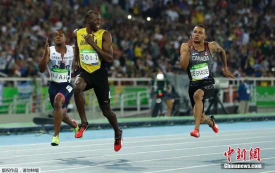 """资料图:2016年的里约,是博尔特最后一场奥运会赛事,他当仁不让的继续稳坐100米,200米冠军的宝座。赛场上只见他一骑绝尘,一脸顽皮的""""欣赏""""对手的努力的样子。"""
