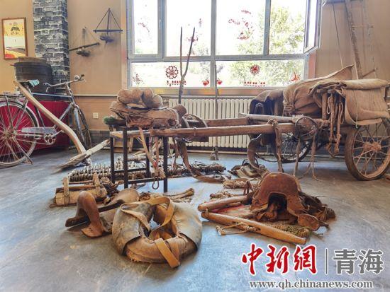 图为民俗馆中展出的传统农业生产用具。潘雨洁 摄