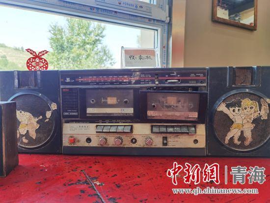 图为民俗馆中摆放的旧式卡带收音机。潘雨洁 摄