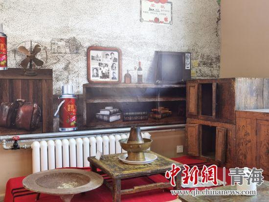 图为民俗馆一角的土火锅和老旧家具。潘雨洁 摄