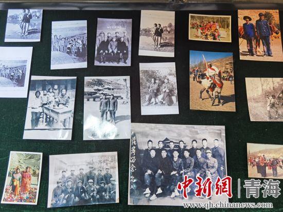 图为民俗馆中陈列的页沟村村民的老照片。潘雨洁 摄