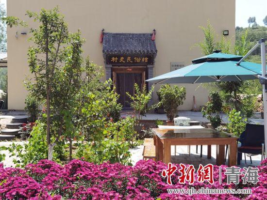 图为掩映在红花绿荫中的页沟村村史民俗馆。潘雨洁 摄