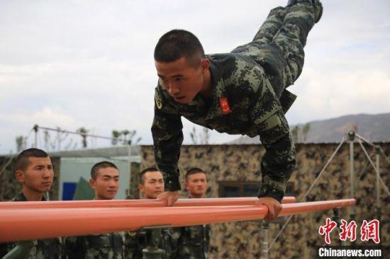 图为老兵演示双杠动作要领。 马跃艺 摄