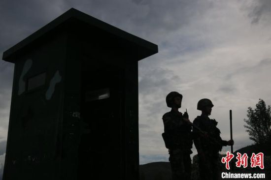 图为武警战士站岗。 马跃艺 摄