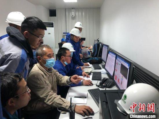 图为国网青海电科院调试人员正在下达机组启动指令。 祁富志 摄