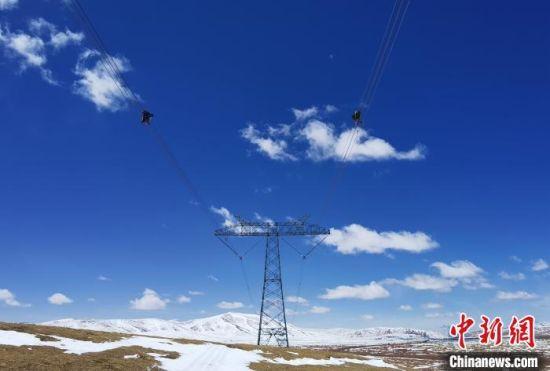 图为国网青海检修公司专业人员开展青藏联网工程柴拉直流输电线路年度检修工作。 谢莉蓉 摄