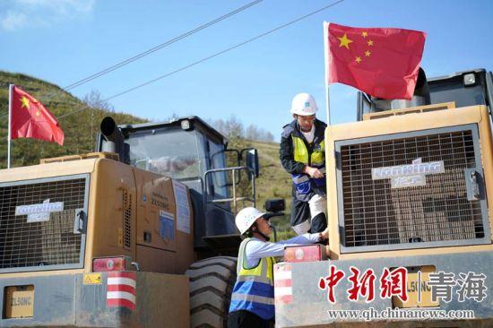图为中建二局建设者在施工现场为祖国送上节日祝福。马晓林摄
